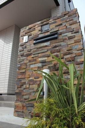 千葉県佐倉市 F様邸(新築)のお庭|割石仕上げの門柱がある造園リフォーム 施工事例