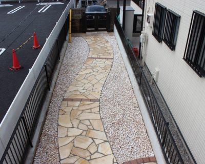 自然の明るさと癒しの曲線を織り交ぜた庭のリフォーム|千葉県浦安市にお住いのF様邸のお庭(門廻り・アプローチ)