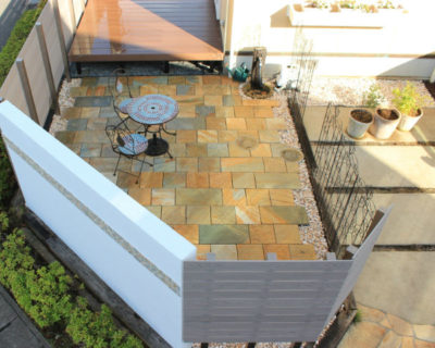 モダンな外観に囲まれた高級感ある石畳風テラスの空間|千葉県印西市のO様邸のお庭にて外構リフォーム