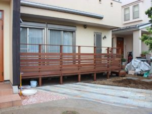 古くなったウッドデッキと駐輪スペースのリフォーム|千葉県船橋市のY様邸のお庭にて外構工事